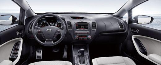 센터패시아의 각도를 운전자 쪽으로 살짝 트는 등 K3의 인테리어는 드라이빙에 집중한 디자인이다.
