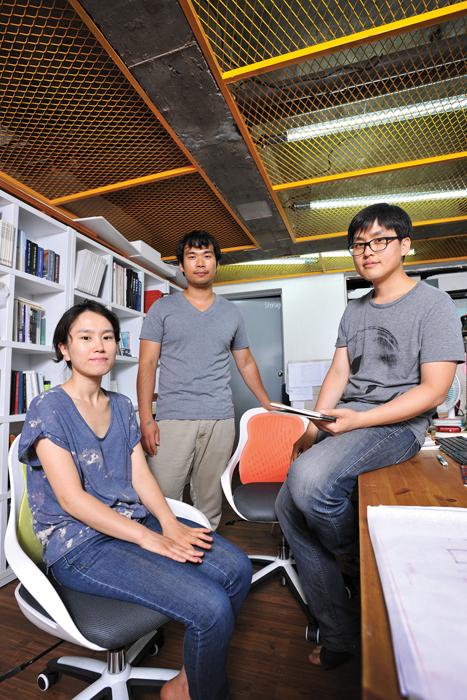 제이와이아키텍츠의 젊은 건축가들인 (왼쪽부터) 안현희, 원유민, 조장희 소장.대학 선후배 사이인 이들은 서로 다른 경험치를 가지고 '같은 가치관'을 실현하기 위해 모였다.