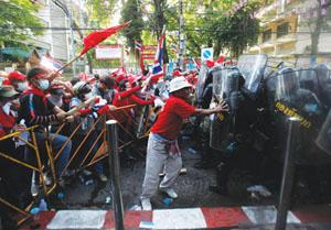 도시와 농촌 간 빈부 차로 야기된 태국의 시위는 한 달 이상 지속되고 있다.