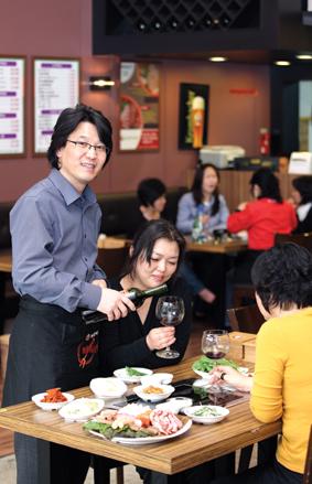 동네 명소로 자리 잡은 '목우촌 바베큐마을'의 박성용(왼쪽) 사장은 안전한 먹을거리로 고객에게 신뢰를 받는다고 말한다.