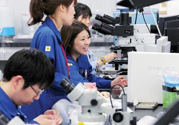 무라타제작소 본사 연구·개발동에서 직원들이 신제품 개발에 열중하고 있다.