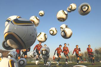 아디다스는 나이키에 앞서 있는 축구 시장에서 사운을 걸고 뛴다.