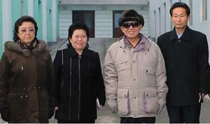 지난해 12월 조선중앙통신이 보도한 자강도 강계시의 편직공장 방문 모습. 맨 왼쪽이 김경희.
