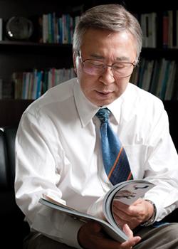 """""""한국 경제는 오히려 미국보다 발전성이 높아 보입니다. 문제는 정부가 박자를 못 맞춘다는 겁니다. 정책 결정을 하는 정치가 제 역할을 못하니 경제가 더 발전할 수 없는 거죠."""""""