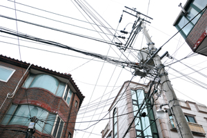KT가 필수 설비인 통신주 개방에 소극적인 사이 한국전력의 전주가 대여할 수 있는 통신선의 여력은 포화 상태가 됐다. 최근 필수 설비 개방을 두고 SK브로드밴드와 KT의 논쟁이 다시 뜨거워지고 있다.