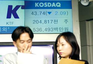 2002년 11월 10일 코스닥 지수가 코스닥 시장 개장 이후 최저점인 43.74로 마감했다.  당시 코스닥 증권시장 관계자들이 심각하게 자료를 검토하고 있다.