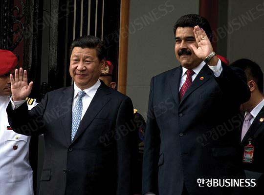 1월 8일 중국 베이징에서 '중국· 라틴아메리카 포럼'의 첫 장관급 회의가 열렸다. 시진핑(왼쪽) 중국 국가주석과 베네수엘라의 니콜라스 마두로 대통령.