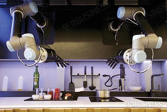 영국의 몰리 로보틱스의 로봇 셰프.