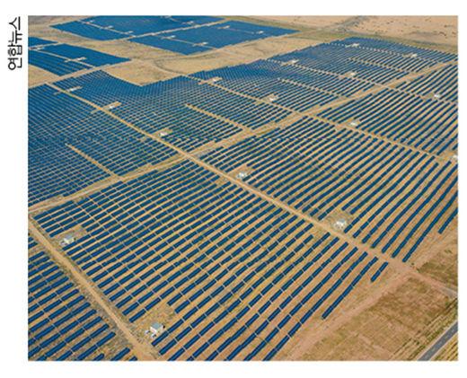 중국이나 몽골은 사막 등을 이용해 한국에서 구축하기 어려운 규모의 태양광발전소를 지어 전력을 생산할 수 있다. 중국 내몽골 쿠부치사막의 태양광발전소.