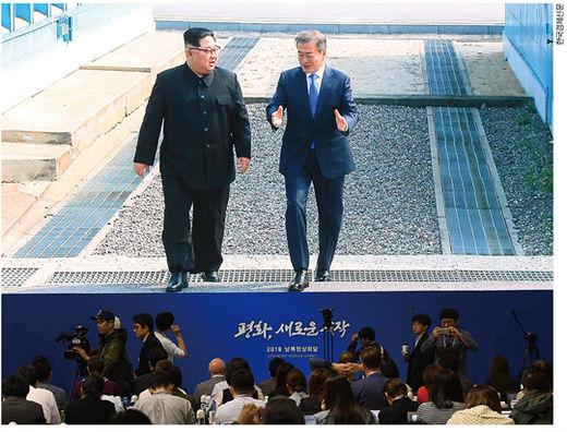 2018 남북 정상회담이 열린 지난 4월 27일 일산 킨텍스 메인프레스센터에서 문재인 대통령과 김정은 북한 국무위원장의 모습을 취재진이 생중계로 지켜보고 있다.