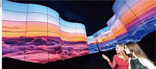 LG전자가 지난 1월 CES 2018 전시장 입구에 설치한 곡면 55형 OLED 246장을 이용한 초대형 OLED 협곡의 모습.(/한국경제신문)