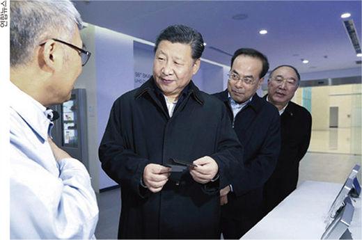 시진핑 중국 국가주석이 2016년 중국 쓰촨성 청두 BOE 공장을 방문해 제품을 살펴보고 있다.(/연합뉴스)