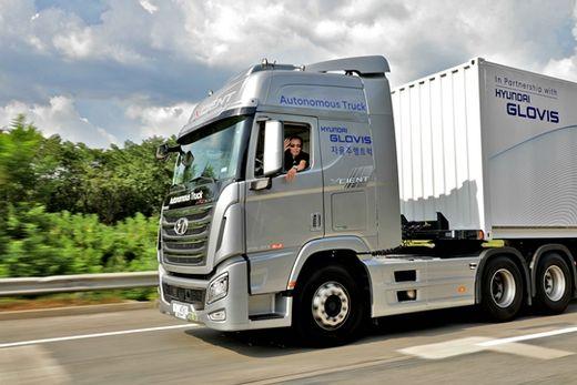 현대자동차의 국내 첫 대형 트럭 자율주행 기술 시연 중 운전자가 손을 흔들고 있다. 현대차그룹 제공