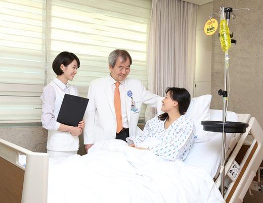 조보연 중앙대병원 내분비내과 교수가 회진하고 있다. 중앙대병원 제공
