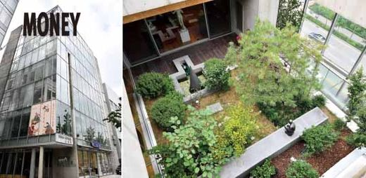 건축가 정기용은 스페이스 씨를 '도심 속의 정원'과 같은 공간으로 만들고자 했다. 옥상에서 내려다본 7층 사무실 옆 정원의 풍경.