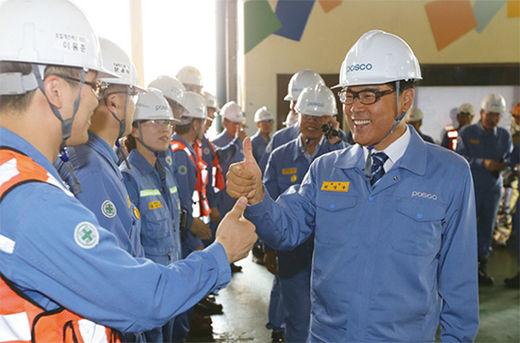 최정우 포스코 회장이 포항제철소 2고로 현장을 방문해 직원들을 격려하고 있다.