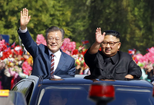"""9·19 평양 공동선언 """"군사 적대 종식·핵 위협 없는 한반도로""""....SOC · 산업단지 등 남북경협 속도 낸다"""