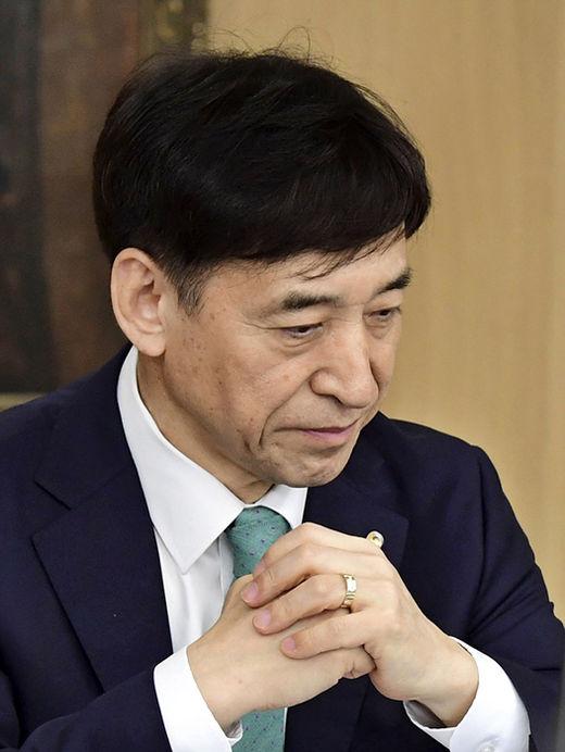 이주열 한국은행 총재가 서울 중구 한은 금통위 회의실에서 8월 31일 열린 금융통화위원회에 참석해 생각에 잠겨있다. 한은은 이날 기준금리 동결을 결정했다.