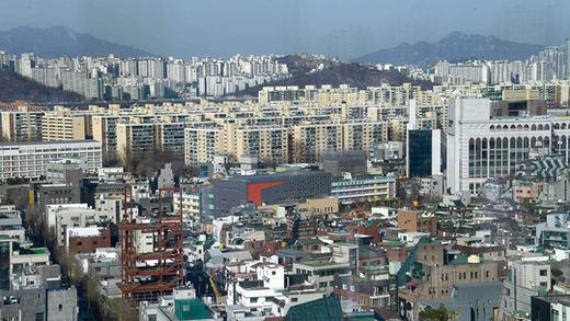 IMF 당시 서울 시내 집값이 폭락하며 많은 사람들이 집을 팔았다. 하지만 이후 아파트 값이 큰 폭으로 상승하며 새로운 '재테크 기회'를 제공하기도 했다.
