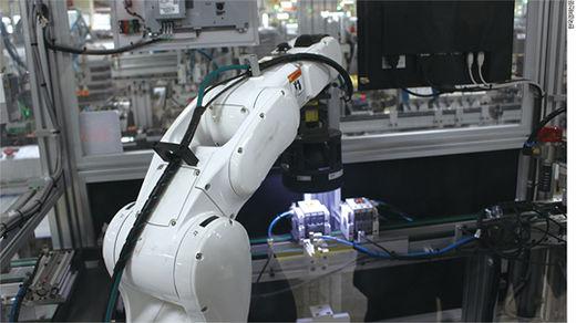 청주산업단지에 자리한 LS산전의 스마트공장. 제조 라인이 자동화돼 직원들은 공장 관리·점검 업무만 담당한다. 시각 센서를 갖춘 로봇이 완성품에 빛을 비춰 불량 여부를 검사한다.