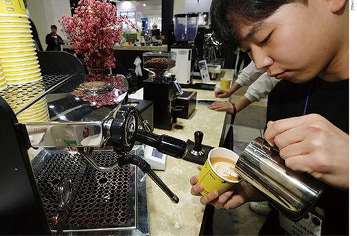 서울 강남구 코엑스에서 4월 11일 열린 '2019 서울 커피 엑스포'에서 바리스타가 관람객을 위한 라테 아트를 시연하고 있다. 서울 커피 엑스포는 매년 개최되는 국내 최대 커피 박람회다.