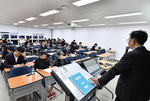 글로벌 부동산 금융과 관련한 수업에 열중하고 있는 학생들.