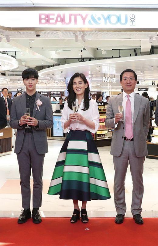 이부진(가운데) 신라호텔 사장이 홍콩 첵랍콕 국제공항에서 열린 신라면세점 그랜드 오픈 기념식 후 관계자들과 기념촬영을하고 있다./ 한국경제신문