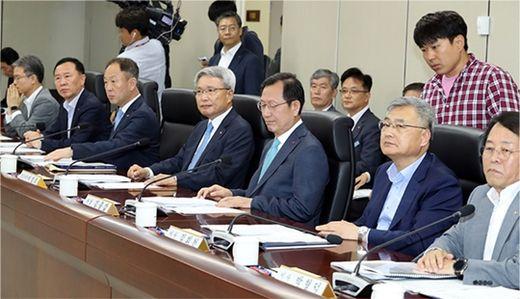 김종갑(오른쪽 셋째) 한국전력공사 사장 등 한전 이사진이 6월 21일 전기요금 누진제 개편안 논의를 위한 정기 이사회를 열었으나 의결을 보류했다. /한국경제신문