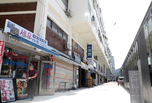 기존 입주사들의 가게와 서울시가 설치한 '세운 메이커스 큐브'가 마주보고 있다.(/한국경제신문)