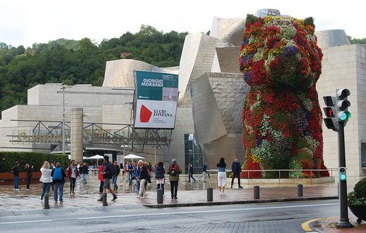 구겐하임 미술관 앞에는 제프 쿤스의 '퍼피'가 서 있다. 매년 100만 명 이상이 이곳을 찾는다.