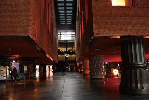 옛 와인 창고를 개조해 도서관·피트니스센터·전시장이 있는 복합 문화 공간을 만들었다. 로비에서 천장을 바라보면 수영장이 보인다