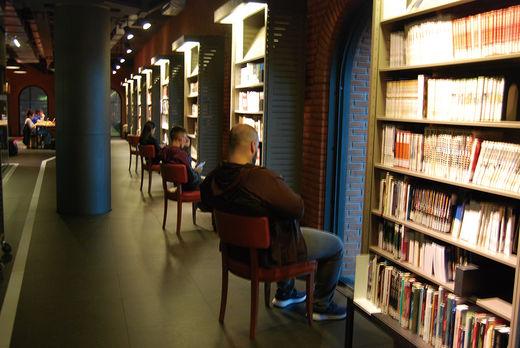 옛 와인 창고를 개조해 도서관·피트니스센터·전시장이 있는 복합 문화 공간을 만들었다. 로비에서 천장을 바라보면 수영장이 보인다.
