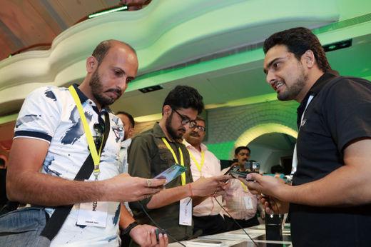인도 벵갈루루의 모바일 체험 스토어 '삼성 오페라 하우스'에서 지난 8월 20일(현지시간) 진행된 '갤럭시 노트10' 출시 행사에서 소비자들이 제품을 체험하고 있다.(/삼성전자)