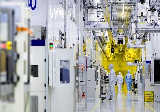 (사진) 삼성전자 노동자들이 경기 화성캠퍼스 반도체 생산 라인 클린룸에서 반도체 장비를 점검하고 있다. /삼성전자 제공