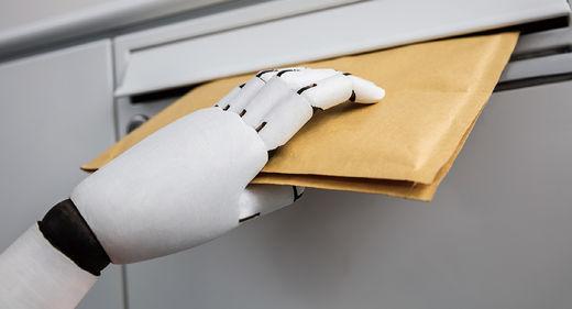 최근에는 현관 앞까지 직접 물건을 운반하는 라스트 마일 딜리버리 등 상업용 배송 로봇으로의 활용 가능성도 높아지고 있다