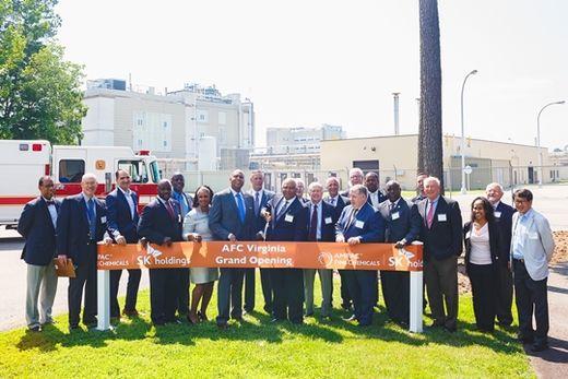 (사진) 아슬람 말릭(왼쪽 아홉째) 암팩 CEO와 새뮤얼 파햄(왼쪽 일곱째) 피터스버그 시장이 미국 버지니아 주 피터스버그에서 지난 6월 17일 열린 암팩 신 생산 시설 가동식에서 테이프 커팅을 하고 있다. /SK(주) 제공