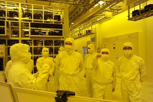 (사진) 이재용(가운데) 삼성전자 부회장이 지난해 8월 천안 사업장의 반도체 패키징 라인을 둘러보고 있다. /삼성전자 제공