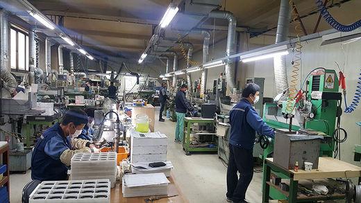 경기 광주의 한 중견기업 공장에서 노동자들이 시계 부품을 만들고 있다.