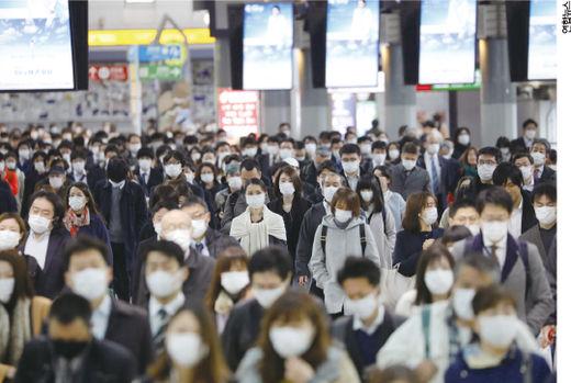 일본 도쿄 시나가와역을 오가는 일본 직장인들. 지난 4월 8일 아베 신조 일본 총리는 일본 전역에 '긴급 사태'를 선포했다.(/한국경제신문)