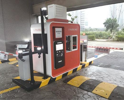 파킹클라우드의 주차 기계가 설치된 주차장. 신세계 이마트를 비롯해 여의도 IFC몰, 광화문 교보문고 등 2600여 개의 주차장을 현재 운영하고 있다.