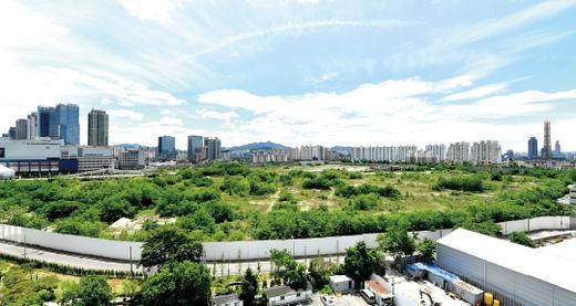 정부가 서울 용산역 절도정비창 부지에 8000가구 규모의 미니 신도시를 건설하는 주택 공급 확대 계획을 내놓았다. 용산역 철도 정비창 부지 전경./ 김기남 기자