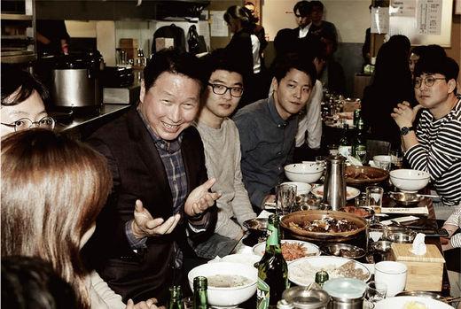 최태원 SK 회장이 '번개 행복 토크'를 열고 직원들과 대화하는 모습.