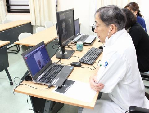 일본 한 병원의 의료진이 노트북 영상을 통해 환자들과 상담하고 있다. /한경DB
