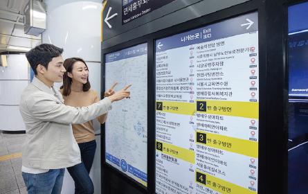 삼성전자는 지난해 12월 서울 지하철 90개 역사에 스마트 사이니지 4218대를 설치했다.(/삼성전자)
