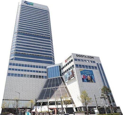 두산그룹 본사로 20년 이상 사용된 동대문 두산타워가 매각 테이블에 올랐다. 두산이 동대문을 거점으로 태동한 만큼 두산타워는 그룹의 상징과도 같다. /한국경제신문