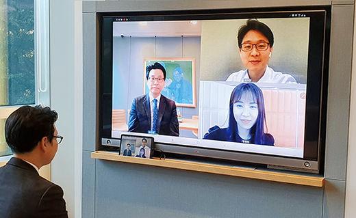 1 하나은행 PB의 태블릿PC와 내점이 불편한 고객 스마트폰을 연결한 PB 화상상담 서비스.