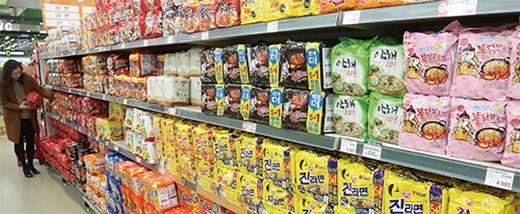 (사진) 한 대형마트의 라면 매대. /한국경제신문