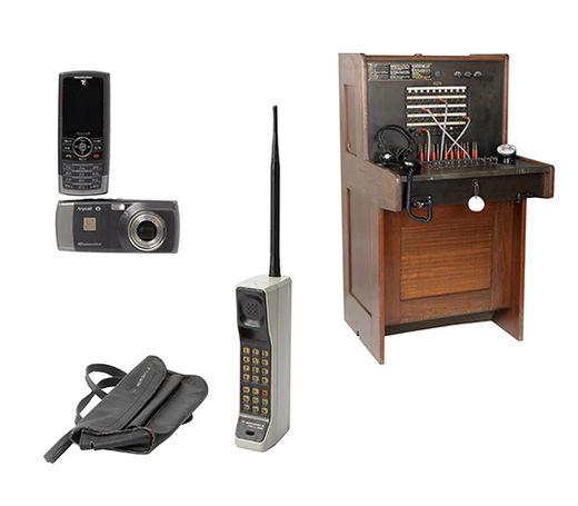 4 세계 최초의 1000만 화소 카메라폰인 삼성전자의 SCH - B600.5 최초의 휴대전화인 모토로라사의 다이나택 8000X.6 웨스턴 일렉트릭 20라인 교환기. 전화 교환원이 전선을 꼽아 교환하던 시절, 세계 여러 나라에서 가장 많이 쓰인 전화 교환기다. 전화기의 역사는 곧 교환기의 역사이기에 미국 경매 시장에서 나온 자석식 교환기가 꼭 필요하던 시기, 캐리맥스의 권형주 사장 부부가 사정을 듣고 폰박물관에 기증했다.
