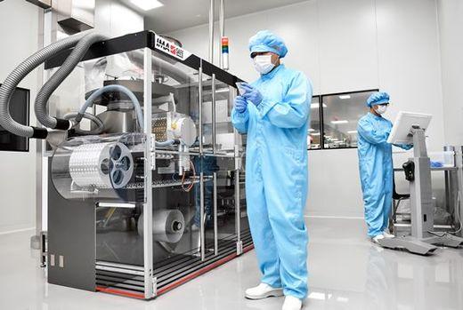 (사진) 보령제약 예산 생산단지 직원들이 포장 중인 '카나브 패밀리' 제품을 살펴보고 있다. /서범세 기자
