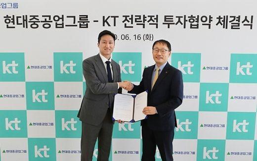 (사진) 구현모 KT 사장(오른쪽)과 정기선 현대중공업지주 부사장이 6월 16일 서울 종로구 KT광화문빌딩에서 열린 전략적 투자 협약식에서 기념 촬영을 하고 있다. /현대중공업지주 제공